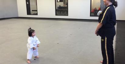Słodka 3-latka na lekcjach karate