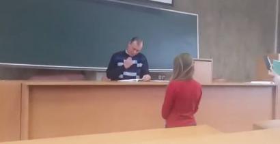 Wykładowca sprawdza notatki