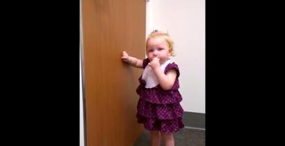 2-latka poznała swoją nowonarodzoną siostrzyczkę
