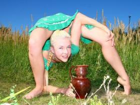 Sexy gimnastyczka Zlata wygina się na polu (niemalże 18+)