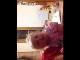 Dziewczynka z Australii chce pobawić się z pajączkiem
