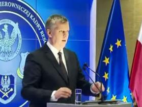 Minister obrony nie odróżnia mikrofonu od lampki