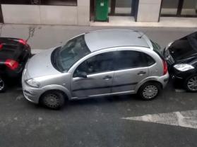 Kobietka zaparkowała tam, gdzie żaden facet by się nie odważył