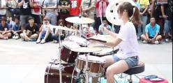 Laseczka daje radę na perkusji