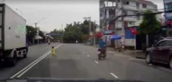 Dziecko PRZEBIEGA przez ulicę
