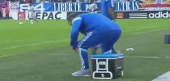 Trener usiadł na kubku z gorącą kawą