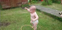 Dziecko odkrywa zraszacz - SŁODKIE!