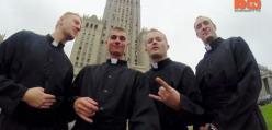 Przebrali się za księży, by skoczyć... z Pałacu Kultury!