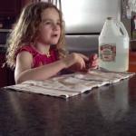 Dziewczynka robi kuchenny eksperyment
