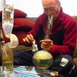 Ten dziadek pokazuje, jak się pali z bonga