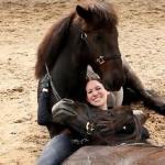 Jej praca polega na... przytulaniu koni!