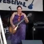Ta kobieta nie wygląda jak gwiazda rocka...