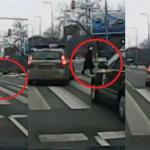 Policjantki próbowały PRZEJECHAĆ STARUSZKĘ NA PASACH!