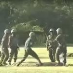 Chińscy żołnierze bawią się... odpalonym granatem!