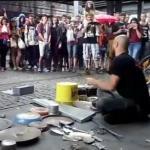 Niesamowity uliczny perkusista
