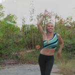 Katie pokazuje, co znaczy opanować hula hop