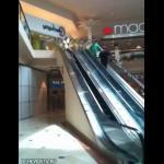 Wypadek na ruchomych schodach