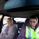 Policja drogowa zatrzymuje transwestytę