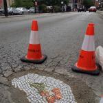 Artysta zamienia dziury w jezdni w barwne mozaiki