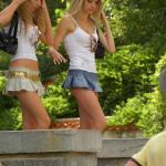Te dziewczyny źle wymierzyły długość spódniczek...