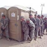 Ilu żołnierzy zmieści się w przenośnej toalecie?