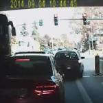 Autobus rozwala sygnalizację i nie mieści się pod wiaduktem