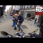 Motocyklista na temat pieszych