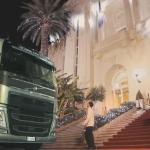 Boy hotelowy musi odprowadzić... ciężarówkę!