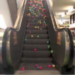 Piłeczki na ruchomych schodach - FAJNY WIDOK!