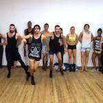 Mężczyźni na szpilkach tańczą do hitu Ariany Grande