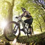 10-latek wymiata na rowerze górskim