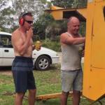 Wieśniaki bawią się kompresorem