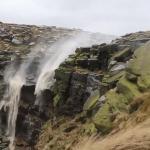 Solidny wiatr vs mały wodospad