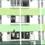 Azjata obserwuje, jak jego sąsiadka popełnia samobójstwo