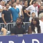 Amerykanka na meczu europejskiej koszykówki