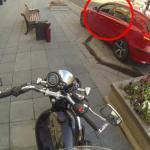 Ten motocyklista upomina brudasów!