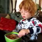 Śniadanie rudego chłopczyka