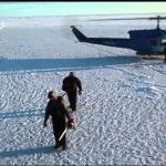 Łódź podwodna przebija się przez pokrywę lodową