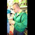 Jedzenie puszki dla kota w Łapie