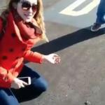 Nieustraszona dziewczyna próbuje złapać białą tarantulę