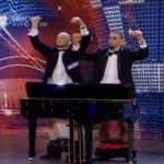 Grają na pianinie swoimi... penisami!