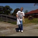 Pijany Australijczyk kontra ogrodzenie