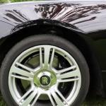 Drift Rolls-Roycem po ogrodzie