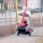 Szalony dziadek leci przez miasto