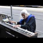 Staruszka podeszła do ulicznego pianina i...