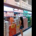 Jak pomóc kobiecie zdjąć towar z półki?