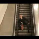 Pijany Rosjanin na ruchomych schodach