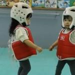 Niemowlaki ćwiczą... teakwondo!