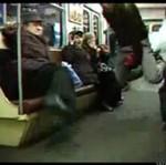 Wariat LATA na gaśnicy w metrze!