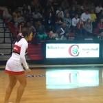 Idealny rzut do kosza w wykonaniu cheerleaderki